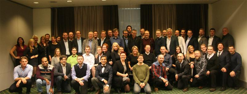 Et stort utvalg ansatte ved LINK Mobility er samlet for gruppebilde.