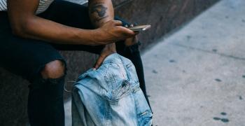 Mann som holder mobil