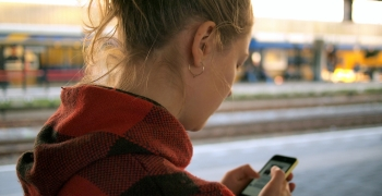 Jente som mottar SMS med varsling fra logistikkselskap
