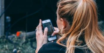 Kvinne som skriver en SMS