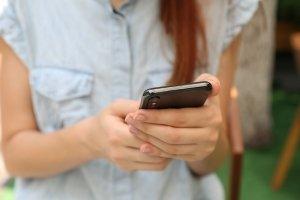 Jente ser på mobilen