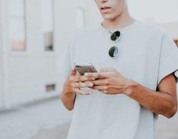 Kunde som sjekker sin kundeklubb på mobilen