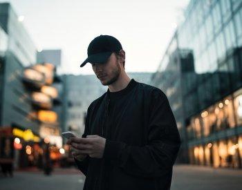 Mann som skriver en melding på telefonen.